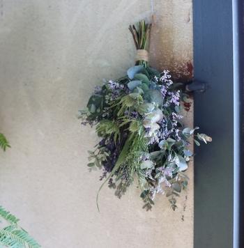 「ex. flower shop & laboratory(イクス フラワー ショップ アンド ラボラトリー)」は、厳選された良質な草花を使って個性豊かな花束を作り出すお花屋さん。フレッシュな草花で作られるので、ドライになる過程を楽しめるのも人気の理由。  こちらの花束は、ユーカリ・ハーブ・ラベンダーと言った香り豊かな草花を使っているため、アロマ効果も◎。家に届いたら、風通しのいい場所で逆さに吊るして、香りと華やかさを楽しみながら乾燥させることで、ドライフラワーになった後は味のあるお花の色味でお部屋をおしゃれに飾ってくれます。
