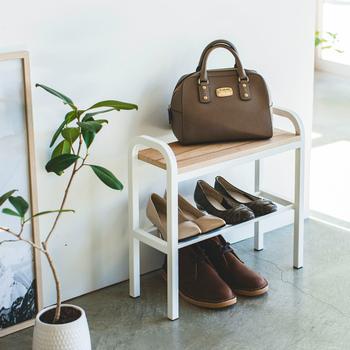 温かな木板やちょこんと佇む愛らしい姿に癒される、山崎実業が作るタワーシリーズのシューズラック。シューズ棚に靴が入りきらない、よく使う靴を出しておきたい、玄関をスッキリさせたい……といったお悩みにおすすめな小さめサイズで、玄関スペースをおしゃれで快適に変えてくれますよ。最大4足のシューズ収納と、通勤バックなどの荷物置きにもぴったりです。