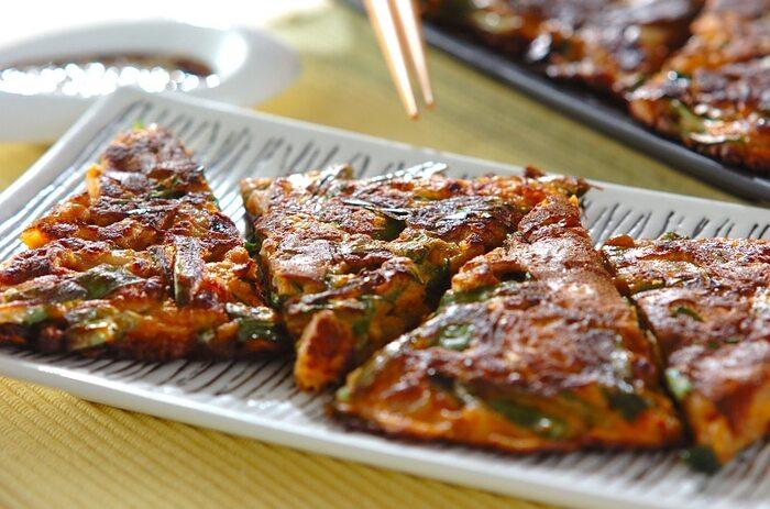 納豆とキムチを合わせたチヂミ。白玉粉で作るのが美味しいポイントです。もちもち食感はクセになりますよ*