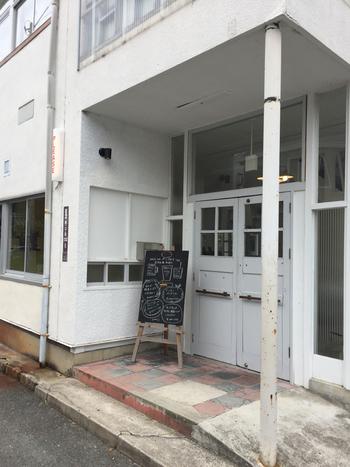 「CHEERS!」は、洋裁学校だった建物をリノベーションしたカフェ。場所が少しわかりにくいですが、隠れ家のようにゆっくりと過ごせます。