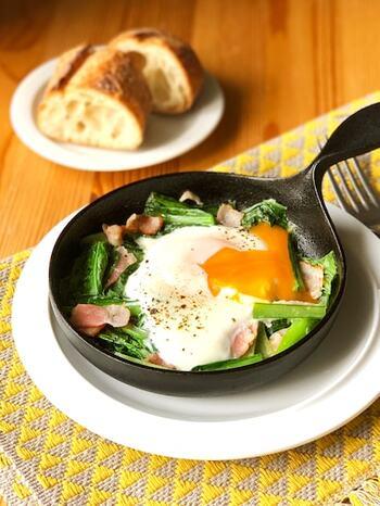 好相性の小松菜と卵を使って、巣ごもり卵はいかがですか?いつもの材料なのに、スキレットを使えば、おしゃれなカフェ風メニューのよう♪とろ~りとした黄身をバゲットにつけていただきましょう。
