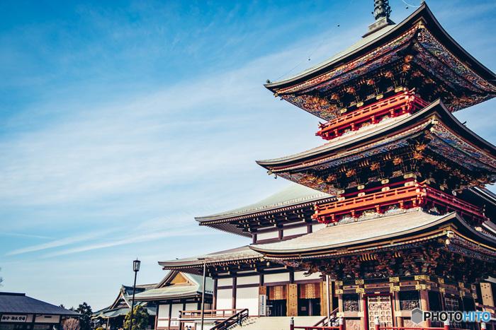 全国的にも初詣の人気スポットとして名高い「成田山新勝寺」。1000年を超え「成田のお不動さま」と親しまれ、開運・厄除けを求めて多くの人が訪れます。広々とした境内には壮大な本堂の他いくつものお堂があり、自然豊かな公園も備えています。お願いごとの成就を祈願する御護摩はとても人気。少し時間がかかるので、待ち時間に境内をゆっくり巡るというのもおすすめです。
