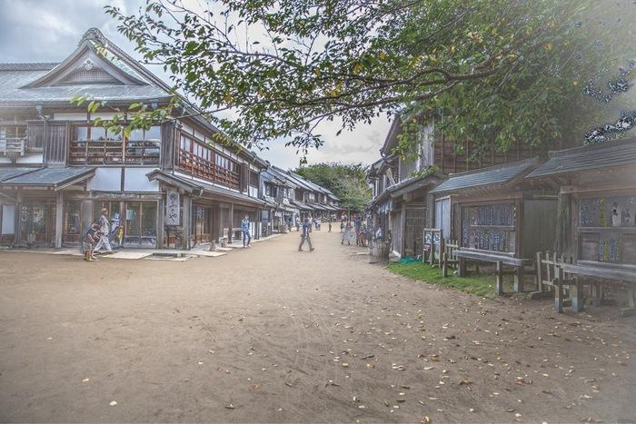 成田空港や成田山からほど近い場所にある「房総のむら」は、房総の伝統的な生活の風景を体感することができる体験型博物館。武家や商家、農家など江戸時代を彷彿とさせる街並みに身をおくと、タイムトラベルしてきたような錯覚を感じます。