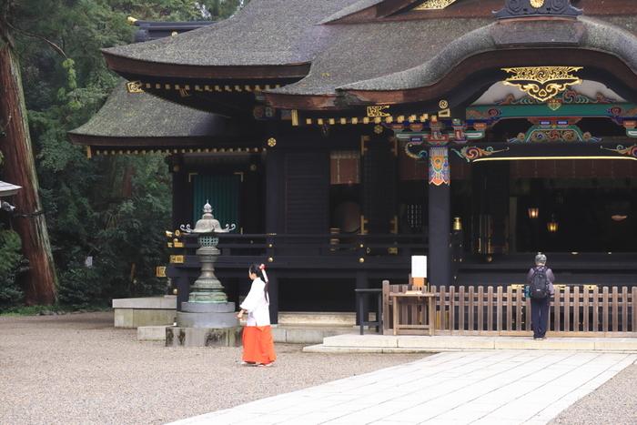 香取市香取にある「香取神宮」は、全国に約400社あるとされる香取神社の総本社。出雲の国譲りの神話に登場する経津主大神(ふつぬしのおおかみ)を祀っていることから、皇室との縁も深いとのこと。漆黒の美しく堂々とした本殿の前に立つと、何とも言えぬ厳かな気持ちになります。