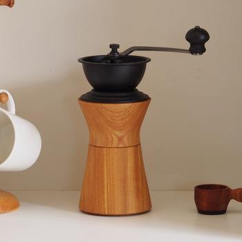 するりとした美しいシルエットと木の質感がきれいなコーヒーミルです。力を入れやすい計算されたデザイン。