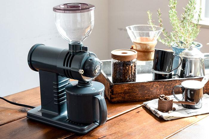 シックなグレーはフリーデザインさんの別注カラー。挽き方も細引きから粗挽きまで細かに設定できるから、自分好みのコーヒーをドリップできる。コーヒーの奥深さを楽しめそう。