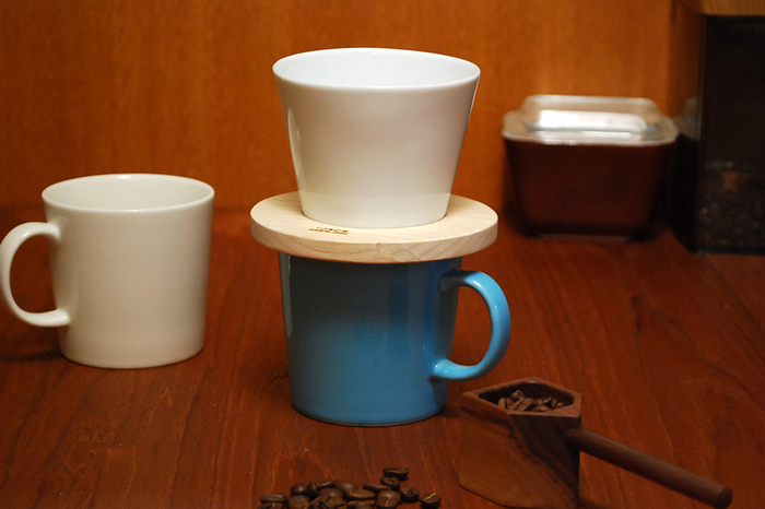 ドーナツ型の木の受け部と陶器のドリッパーがセットになっています。ほっこりと優しい雰囲気が他にはありません。お気に入りのマグカップにそのまま載せて使っても素敵です。