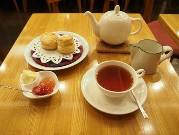 こだわりの紅茶を、ぴったりのお菓子と一緒に頂けば至福のひととき。テイクアウトの茶葉や、お茶を美味しく淹れるティーグッズの販売もしています。