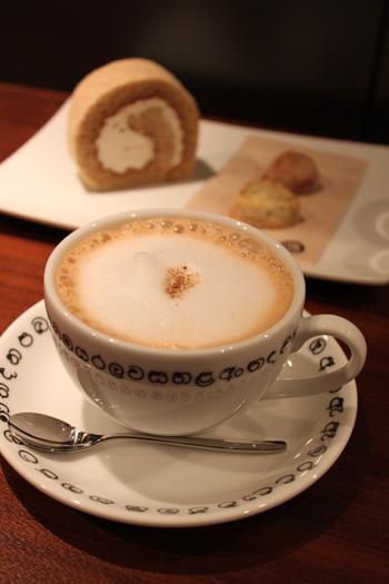 店主自らがインドやスリランカへ赴き仕入れた紅茶は、ミルクを入れても紅茶本来の風味をしっかり感じることができます。スリランカのシンハラ文字が書かれたカップも可愛いですね*