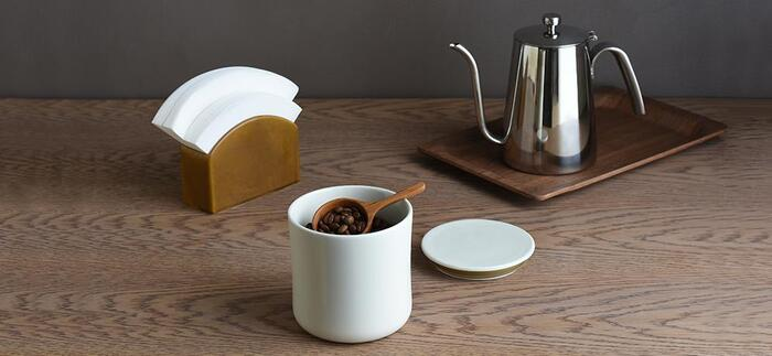 コーヒーフィルター、たまには出して管理してもこんなスタンドがあればオシャレです。陶器製だから適度な重みがあって、安定感がある。白と茶色の2色展開です。