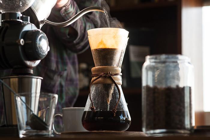 ドリッパーとサーバーが一体化したコーヒーメーカーです。ガラス製の本体に、木と革でくびれ部分を巻いています。スタイリッシュでおしゃれな雰囲気はプロダクトデザインの先駆けとも言えそう。専用のフィルターを使ってドリップするのがお勧めです。