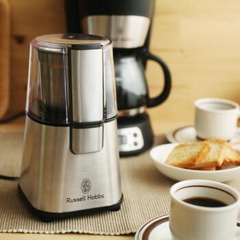 小さくてパワフルなコーヒーグラインダーです。ステンレスのスタイリッシュなデザインが他の調理器具ともマッチしそう。指一本で手軽にコーヒー粉にすることができます。