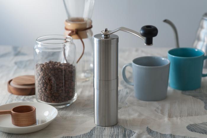 コンパクトでスリムなコーヒーミルは陶器製のミルで耐久性もあります。ハンドル部分は取り外せるので、収納時はもっとコンパクトに。アウトドアでも活躍してくれます。