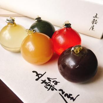 """静岡県浜松市に本店を構える「五穀屋」の玉羊羹は、日本古来から親しまれている発酵食品を使っているのが特徴。都内の松屋銀座に支店があります。  酒、塩糀、酢、醤油、味噌の5つで、日本の""""五季""""を表しています。四季だけではあらわしきれない時節を表現する、何とも日本らしい和菓子です。"""