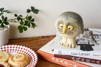 丸い大きな目にしっかりとした脚。フクロウをモチーフとしたアイテムは意外と多いものです。本棚や書斎に置いておきたい。