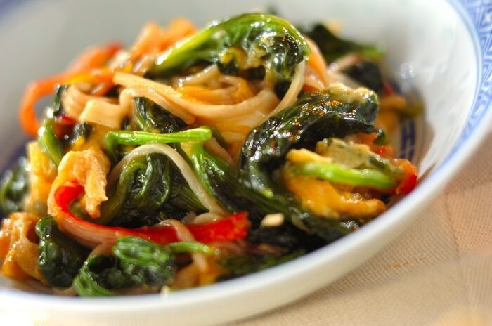 オイスターソースを使って炒めれば中華風の炒めものが簡単にできます。カニカマをプラスして、彩りと味のランクアップ!