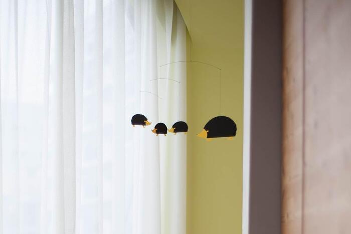 ハリネズミのモビールはリビングや子供部屋に飾るのが似合います。親子がトコトコ歩くような動きにほんわかした気持ちをもらえる。