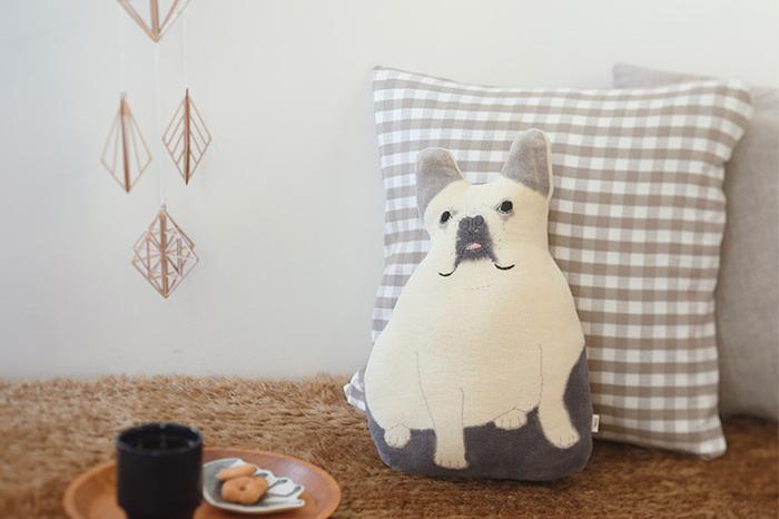 ちょこんと座ったブルドックが今にも動き出しそうで可愛らしい。他のクッションに混じって、くつろぎのソファセットにご指名しよう。