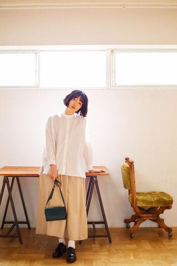 椿油配合の生地を使った《KAFKA SHIRT(カフカ シャツ)》は、しっとりとした質感でより女性らしい印象を与えてくれる一枚。ボタンが隠れる比翼仕立てのデザインが、カジュアルになりすぎずに、きちんと感を演出してくれます。