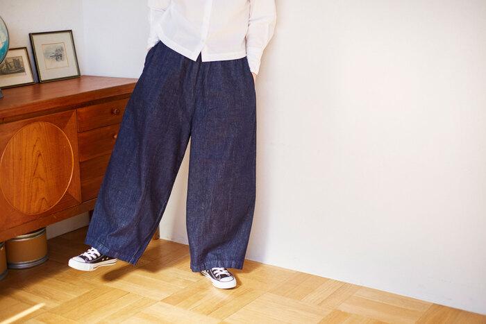 メンズライクな《PALACHUTE PANTS(パラシュート パンツ)》は、一枚で決まる存在感。何気ないトップスを合わせても一気におしゃれを格上げしてくれます。柔らかく織り上げたライトオンスデニムを使用し、柔らかなドレープとボリューム感の出る仕上がりに。