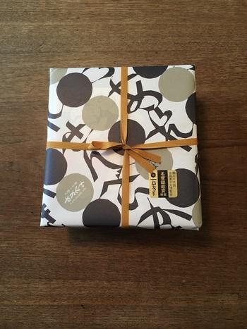 レトロな中にモダンさを感じる包装紙は、型絵染め作家の鳥居敬一氏によるデザイン。創業当時から使っているそうで、時代が経っても変わらないセンスの良さが光ります。お醤油の香りが香ばしく、サクサクとした食感がクセになるおいしさで、幅広い年代の方におすすめです。