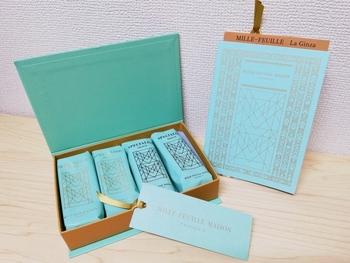 """パイ生地をあらわす""""フィユタージュ""""は、フランス語で""""本のページをめくる""""という意味。箱も洋書のような形で、上品な雰囲気です。"""