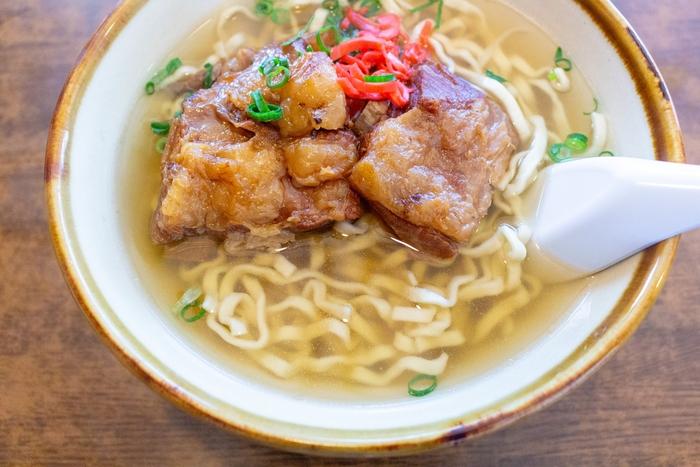 沖縄料理として、「ソーキそば」も有名ですよね。沖縄そばとソーキそばの違いは、お肉。ソーキそばは、豚スペアリブの煮込みを添えたそばを指します。