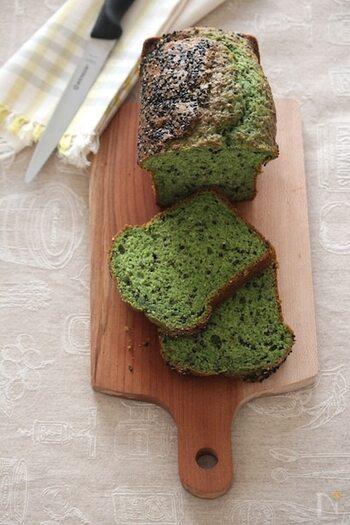 香ばしい黒ゴマがアクセントになったパウンドケーキは、ホットケーキミックスを使って簡単に作ることができます。バターではなく、サラダオイルを使っているので軽い食感になっています。
