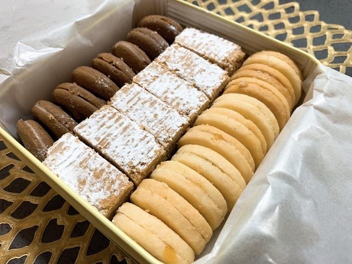 オーストリア国家公認の料理マイスターがオーナーシェフを務める「Ginza Habsburg Veilchen(銀座 ハプスブルク・ファイルヒェン)」は、オーストリアの伝統料理で有名なレストラン。実は焼き菓子も人気で、テイクアウトすることもできるんです。  こちらの「テーベッカライ クライン」は 、シナモンの生地に柑橘類のフレーバーを加え、オーストリア産ラズベリーのコンフィチュールをはさんだ「リンツァー」など3種類のクッキーの詰め合わせ。