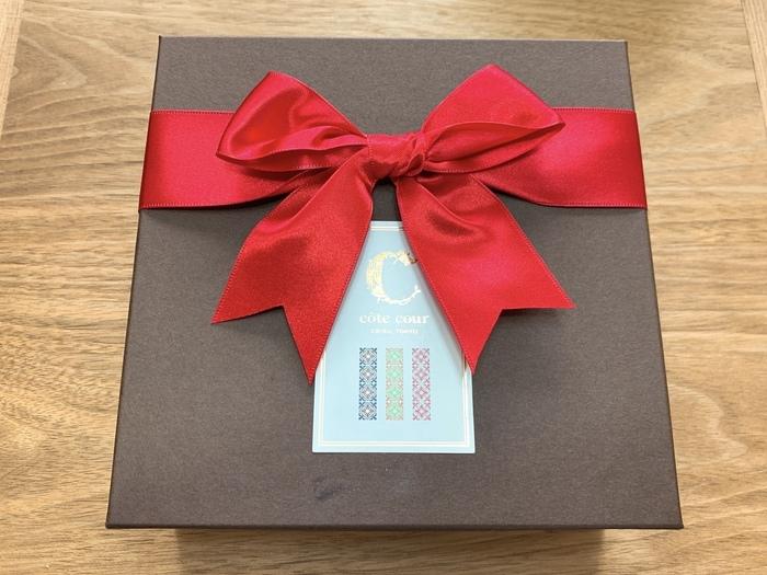 シックな箱に真っ赤なリボンが華かな印象。ブラウニーの種類は店舗によって異なるので、気になる方は公式HPをチェックしてくださいね。