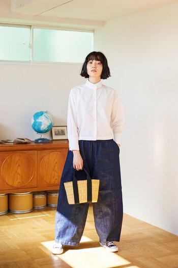 着丈が少し短いので、ボリュームのあるワイドパンツと合わせてもバランスよくまとまるデザインです。キリッとしたホワイトシャツは、潔くデニムと合わせて。