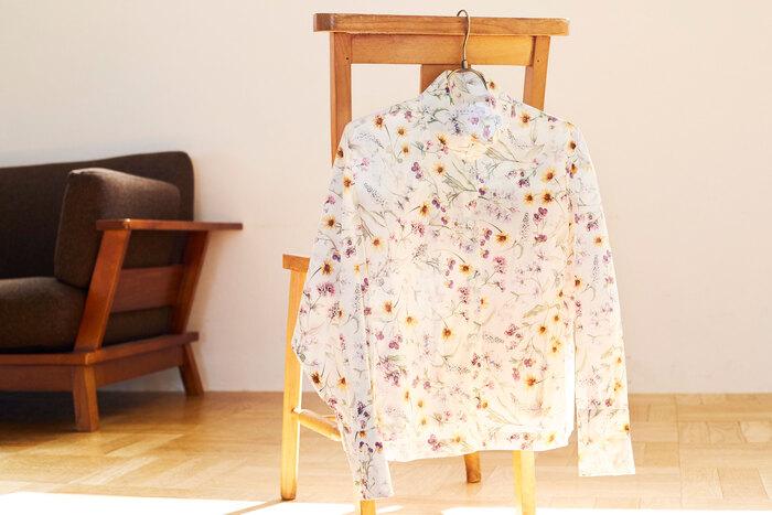 定番のオッカケ シャツを、リバティ社を代表するタナローン生地で仕上げた今季新作。柔らかな水彩タッチの野花モチーフが描かれた、パッと華やかに彩ってくれる一枚。