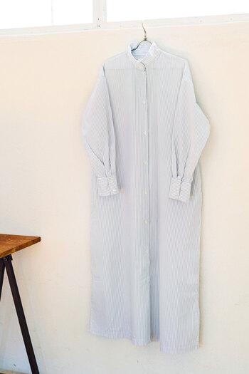 ナチュラルな雰囲気漂うグレーのストライプは、落ち着いた印象に。レギンスやデニムを合わせたり、羽織として着まわしたり、コーディネートの幅が広がる一枚です。