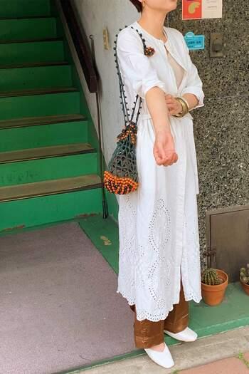 裾に刺繍のあしらわれたのワンピコートは春風に揺れて可憐な雰囲気に…♪甘くなりすぎないノーカラーなので、パンツともスカートとも着回すことができますね。