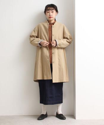 少しメンズライクなノーカラーコートも、ベージュカラーなら柔らかな印象に。シャツやタイトスカートを仕込んで、ちょっとかっちりとした雰囲気も◎