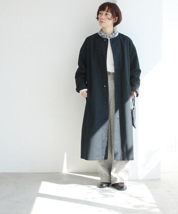 黒のノーカラーコートは、ひとつ持っていれば季節やシーンを問わず着ることができる優秀アウター。こんなプレーンなデザインなら、毎日の着こなしの強い味方になってくれるはずです。