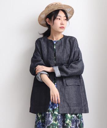 春夏コーデに欠かせない、リネン素材のノーカラーコート。大人っぽく着たいなら、やっぱりネイビーがおすすめ。ミドル丈はワンピースやスカートとのバランスが取りやすいですよ。