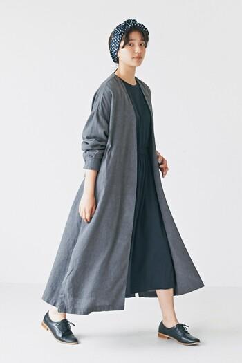 いつものコーディネートにしっくりと馴染んでくれるのが、グレーのノーカラーコート。ハリ感のあるコットンリネン素材のコートは、シンプルなワンピースと合わせて程よくナチュラルに。