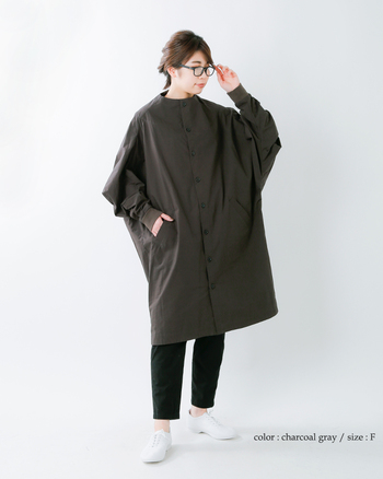 着ればトレンド感をプラスできるオーバーサイズのノーカラーコートも、黒を選べば個性的になりすぎません。あえてシンプルなパンツとシューズを合わせて、コートを主役にした着こなしも◎