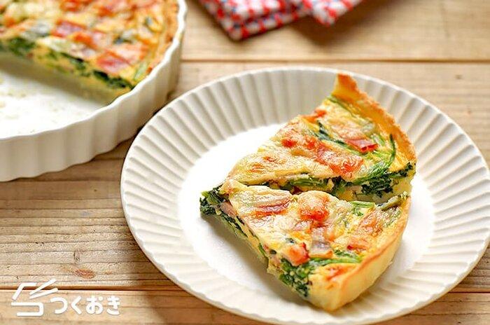 ほうれん草とベーコン、卵、コーン、チーズで作るキッシュ。パイ生地もレシピに載っていますが、忙しいときは冷凍パイシートを使っても美味しく手早く作れます。