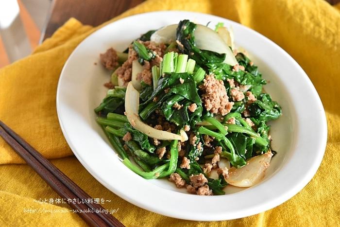 ほうれん草、豚ひき肉、玉ねぎで作る炒め物。少ない食材で作ることができる、みそ味の炒め物は手早く作れてご飯がすすむ満足度の高いおかずです。