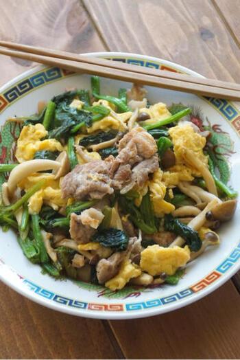 豚こま、ほうれん草、卵、しめじで作る中華風炒め。ほうれん草のグリーンと卵の黄色の彩りも素敵。たくさん作って翌日のお弁当のおかずにするのも良いかも。