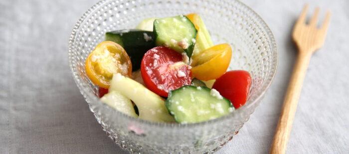 刻んだアンチョビと塩麹で野菜をあえた、簡単マリネレシピです。塩麹は塩味の奥に甘みとコクがあるので、和えてから少し味をなじませると、より美味しく仕上がりますよ。