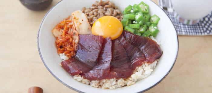納豆、キムチ、卵黄にオクラ、そして漬けマグロの彩りも栄養バランスも良い丼レシピ。後は根菜類やほうれん草などの葉物のお味噌汁とお漬物があれば腹持ちも栄養もバッチリです。