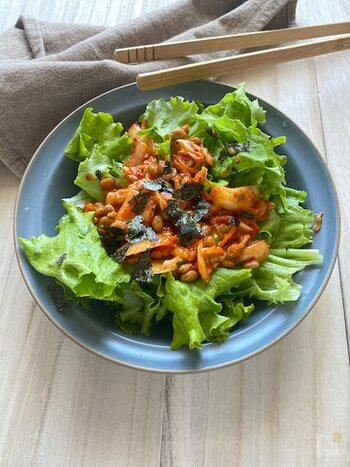 納豆に含まれるナットウキナーゼは、血流をよくしてくれる効果が期待できる成分なので、なにかと一緒に摂りたい食材です。  こちらの韓国風サラダは、納豆に加えて、白菜を発酵させて、乳酸菌を含んだキムチがたっぷり。ドレッシング代わりにもなるキムチの味付けで、たくさん食べれますよ。お豆腐にのせても美味しそう!