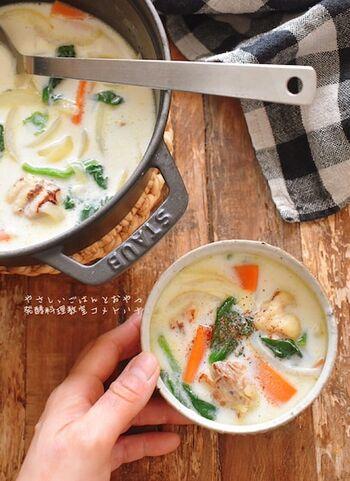 「塩麹」×「酒粕」という、優れた発酵食品の組み合わせで作るミルクスープです。  塩麹や酒粕は和風なレシピで使われる印象がありますが、洋風なコンソメ類とも相性がいいですよ。酒粕は煮込むことでアルコールが飛ぶので、特有の香りが苦手な方でも美味しくいただけるはず。  市販のルーを使わなくてもヘルシーで栄養満点の具沢山スープ。このベースさえ押さえれば、いろんな具でアレンジできるので、是非作ってみてくださいね。
