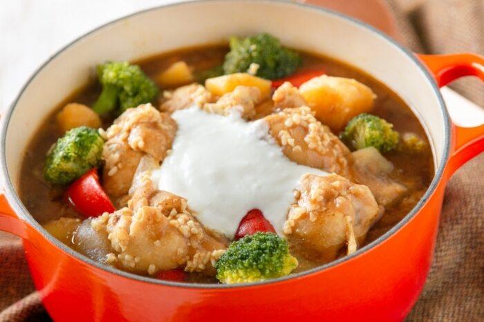 発酵食品の塩麹と、乳酸菌のヨーグルトを組み合わせて作る、おしゃれで栄養価も高いヨーグルトカレー鍋。塩麹で揉み込んだ鶏肉がホロホロ食感で柔らかく、感動のレシピです!