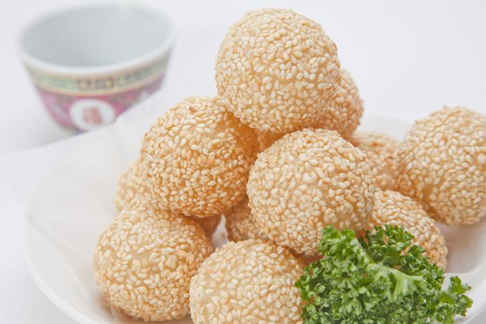 中華スイーツと言えば「ごま団子」。表面はカリっと揚げられているのに中はモチモチ!中のこしあんは甘さ控えめです。2個から購入できるのも、色々なメニューを食べやすくなって嬉しいポイント。