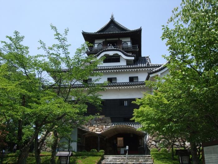 「犬山城」は名古屋から名鉄快速特急や急行で約25分の場所にある国宝のお城です。かつて戦国時代には交易や政治、経済などの重要な拠点とされていました。  更にお城見学の後には、犬山城の城下町に立ち寄ることをおすすめします。遊ぶスポットやグルメが大変充実しており、どこか懐かしい風景を歩きながら食べ歩きを楽しめます。中でも「昭和横丁」は名物店ですよ。お城や城下町など存分に遊ぶことができます。