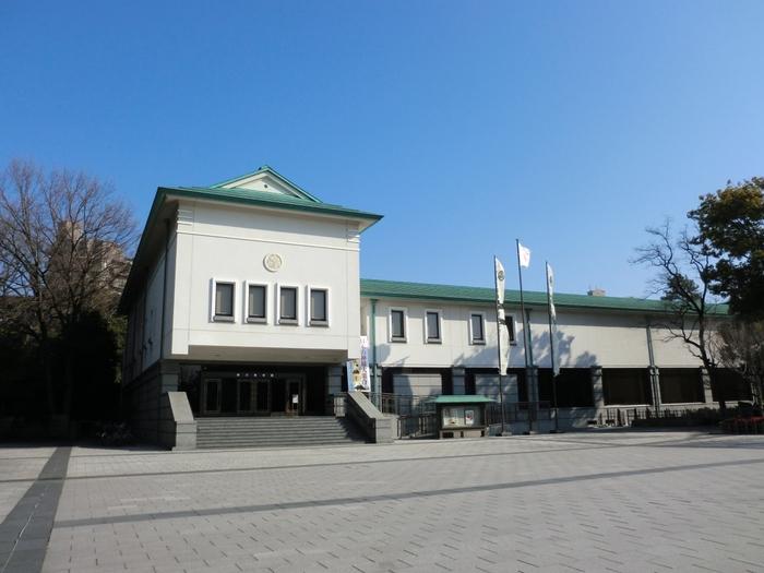 1935年に作られた「徳川美術館」は、国宝である「源氏物語絵巻」をはじめ様々な歴史的美術品が展示されている美術館です。徳川家康の遺品や大名道具など、およそ1万点も展示されているため、飽きることなく見学することができます。外国人観光客からも人気の観光・遊ぶスポットです。